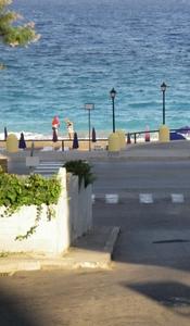 Через дорогу от отеля плещется море